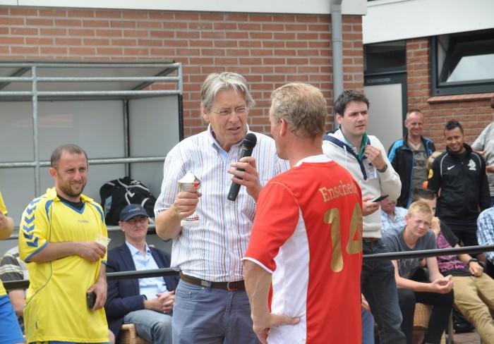 DSC_0150 NKA Oude IJsselstreek (foto team Schiedam) - burgemeester met aanvoerder Enschede
